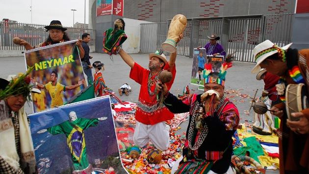 Fotos: Chamanes peruanos predicen al ganador del Mundial lanzando hojas de coca
