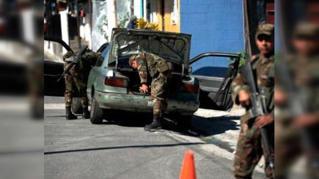 Licencia para llamar: El Salvador paga a los ciudadanos que ayudan a localizar armas