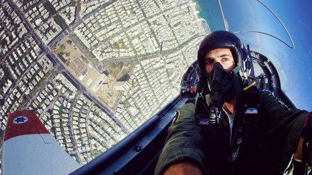 Un piloto de caza israelí se tomó una foto en pleno vuelo acrobático sobre Tel Aviv