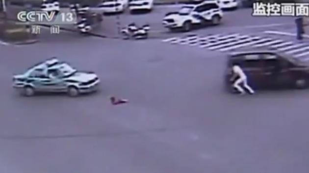 Video impactante: salvan a niña que salió de un coche en medio del tránsito