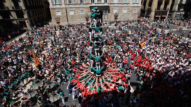 Video: Los 'castellers' alzan torres humanas en Europa por el derecho a decidir de Cataluña
