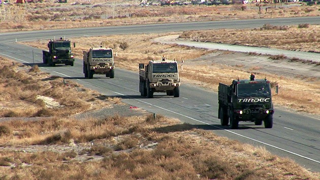 Video, fotos: El Pentágono prueba un convoy de vehículos militares sin conductor