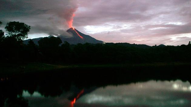 Video: El volcán de Colima en México escupe una columna de cenizas de 5 kilómetros