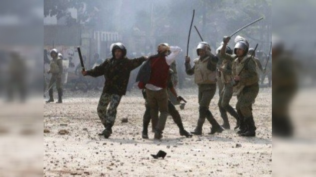 Manifestantes incendian la sede del Parlamento egipcio