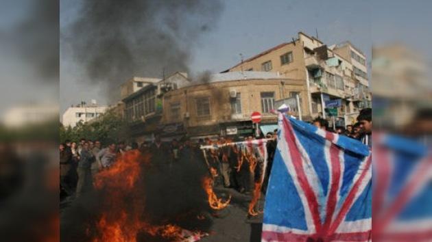 Manifestantes iraníes destrozan la embajada británica en Teherán