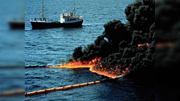 Queman la mancha de crudo en el Golfo de México
