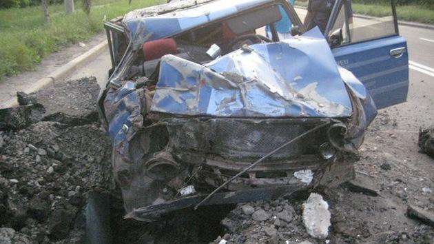 Impactantes imágenes desde Ucrania: un proyectil explota en frente de un coche