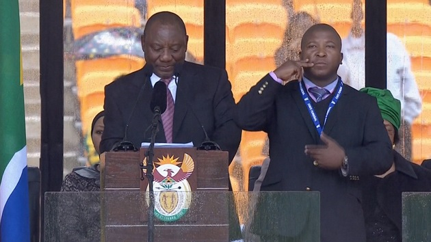 Video: El intérprete para sordos en la ceremonia por Mandela no 'decía' nada