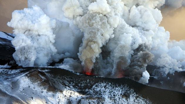 Fotos: El mayor volcán de Kamchatka, en Rusia, expulsa nubes de gas y vapor