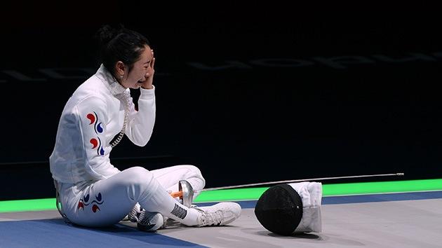 Esgrimista coreana llora una hora en la pista tras polémico arbitraje