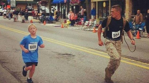 Conmovedora historia de un militar de EE.UU. que ayudó a un niño a 'ganar' una carrera