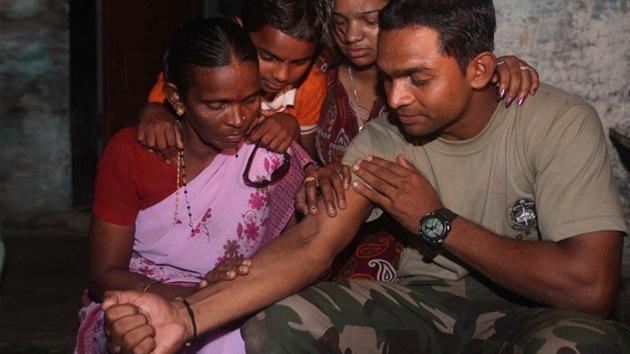 Un indio encuentra a su madre perdida gracias a su tatuaje
