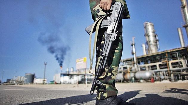 Libia para su producción petrolera tras caer un campo en manos de un grupo armado