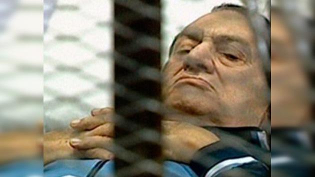 Mubarak, en camilla y enjaulado, de nuevo ante el tribunal
