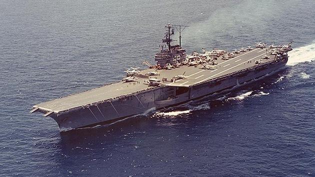 Comienza el último viaje del portaaviones de EE.UU., vendido por un centavo