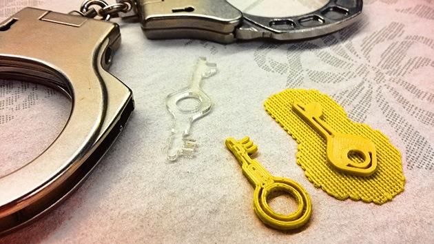 Un 'hacker' inventa unas llaves plásticas válidas para todos los modelos de esposa policial