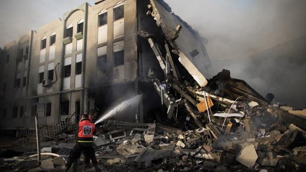 Decenas de bombas israelíes impactan en el Ministerio del Interior en Gaza