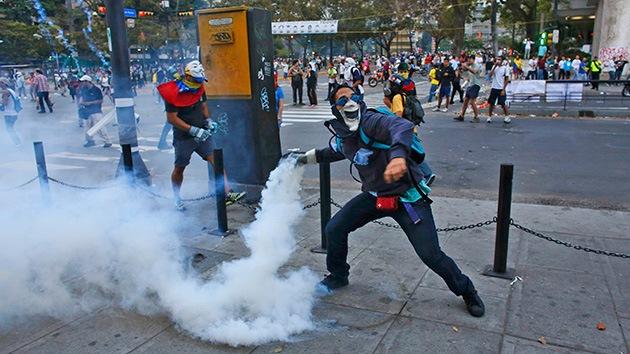 Video: Un grupo de opositores venezolanos golpea a un guardia nacional