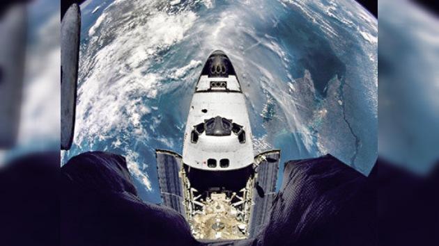 Los astronautas del Atlantis revisan con lupa el exterior nave antes de acoplarse a la EEI