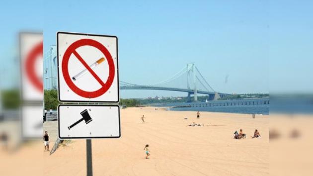 Bloomberg prohibe fumar en las playas y parques de Nueva York