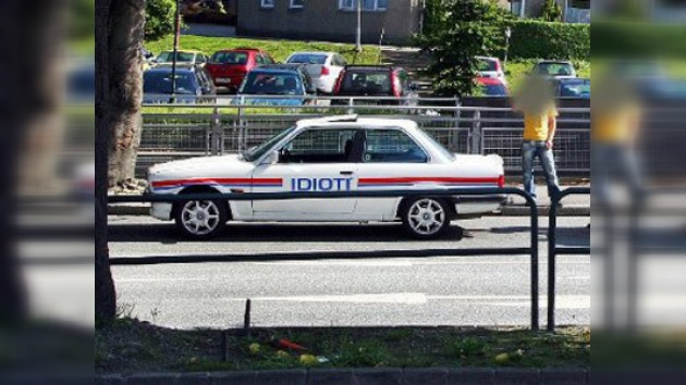 """Un coche """"policía"""" con la inscripción """"Idioti"""" circula en Noruega"""