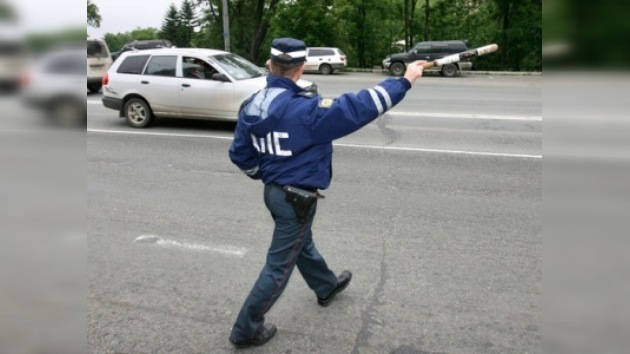 Multan a una mujer por morder a un policía de tráfico