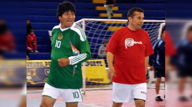 Duelo de 'altura': Evo Morales golea a Humala en un partido de futsal