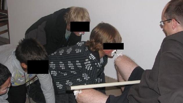Fotos: Adolescentes polacos lamen la nata de las rodillas de un sacerdote