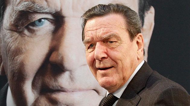 """A Schroeder le sorprende que EE.UU. espiara a una """"amiga"""" como Merkel"""