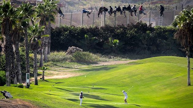 Video: Inmigrantes intentan cruzar la frontera española ante un campo de golf