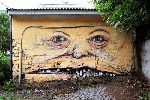 El 'cirujano' con pincel: un artista ruso reanima edificios con ojos y sonrisas