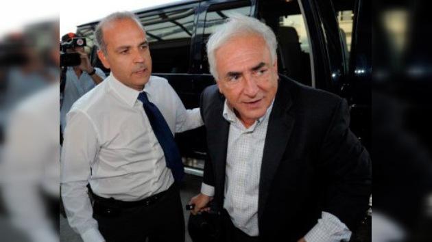 Dominique Strauss-Kahn pisa Francia por primera vez tras ser acusado de abuso sexual