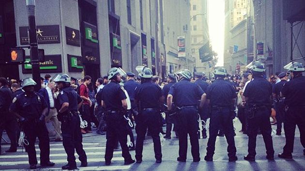 OWS celebra su aniversario con una muralla humana en la Bolsa de Nueva York