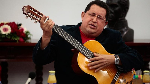 Video: Chávez toca la guitarra y canta en pleno Consejo de Ministros