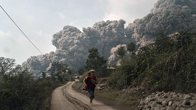 Video, fotos: La erupción de un volcán en Indonesia se cobra al menos 16 vidas