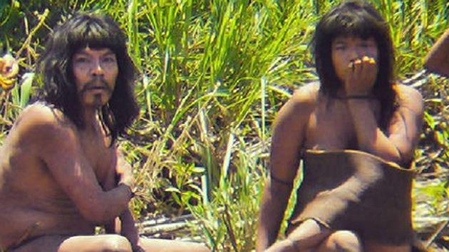 Video: Tensa reaparición de una tribu de indígenas que vive aislada en Perú
