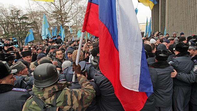 Protestas masivas a favor y en contra de la revolución ucraniana en Crimea