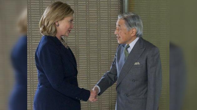 Hillary Clinton se salta el protocolo estrechando la mano del emperador nipón