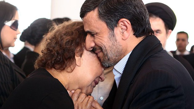 El presidente de Irán se enfrenta a críticas por consolar a la madre de Chávez