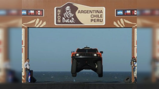 El Dakar comienza con el triunfo del piloto ruso y la muerte de un motociclista argentino
