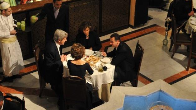 Medio británico publica foto de John Kerry cenando con Bashar Al Assad