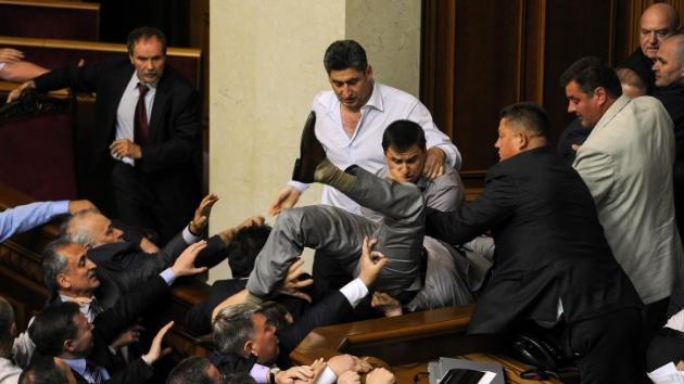 VIDEO: Diputados ucranianos llegan a las manos por la lengua
