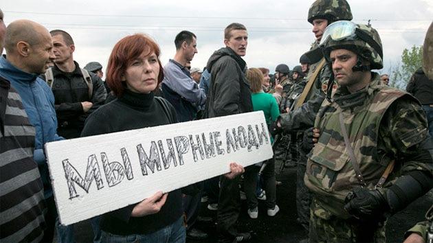 Cadenas humanas cerca de Slaviansk bloquean vehículos blindados enviados por Kiev