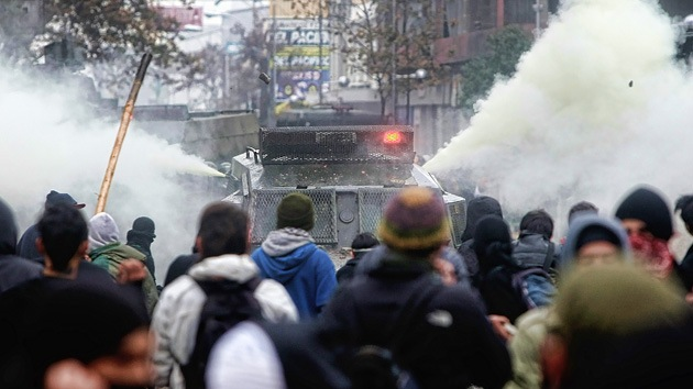 Chile: Carros lanza agua contra los manifestantes que se oponen al homenaje a Pinochet