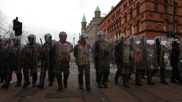 Irlanda del Norte: La Policía de Belfast dispersa a los manifestantes