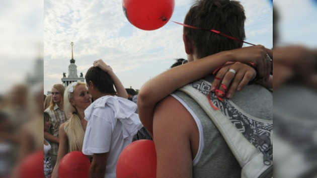 Los rusos celebran el Día Internacional del Beso intentando batir récords