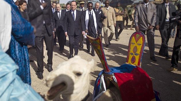 Video: Hollande abandona Mali con la promesa de retirar las tropas y con un camello de regalo