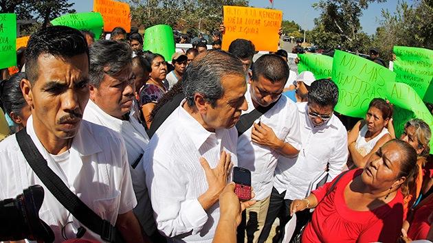 Padres de los 43 estudiantes desaparecidos fuerzan a un gobernador a marchar con ellos