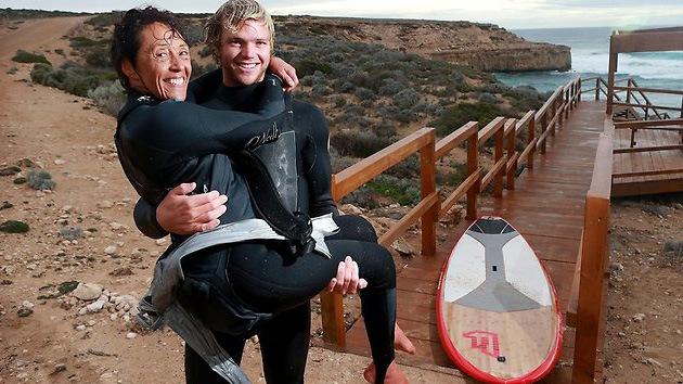 Video: Una mujer discapacitada hace surf atada a la espalda de un amigo