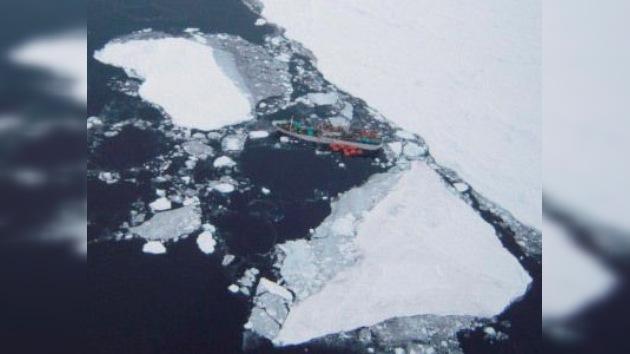 El pesquero ruso atrapado en los hielos de la Antártida recibe auxilio